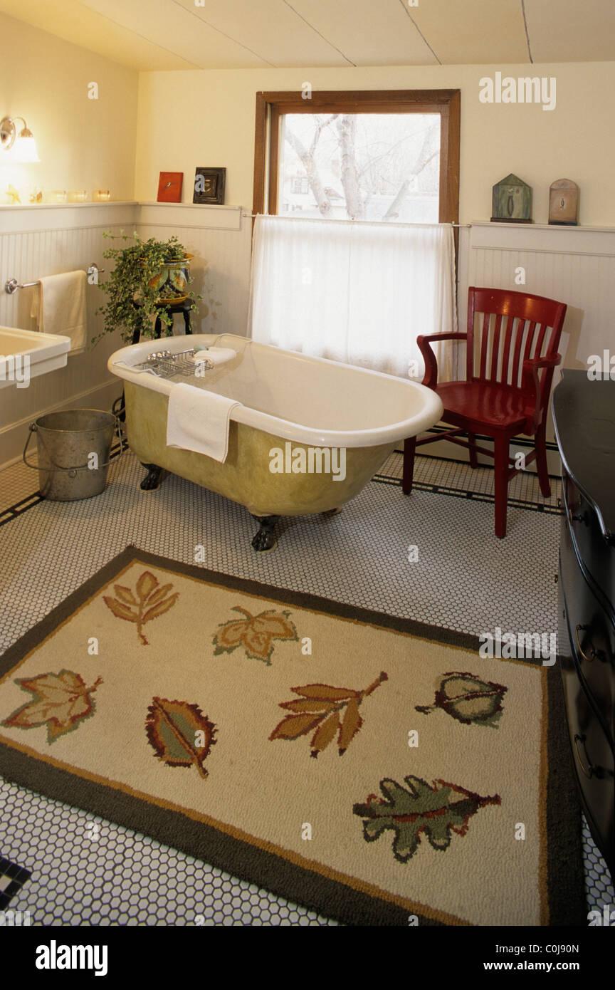 old-fashioned baignoire sur pieds en fonte dans la salle de bains