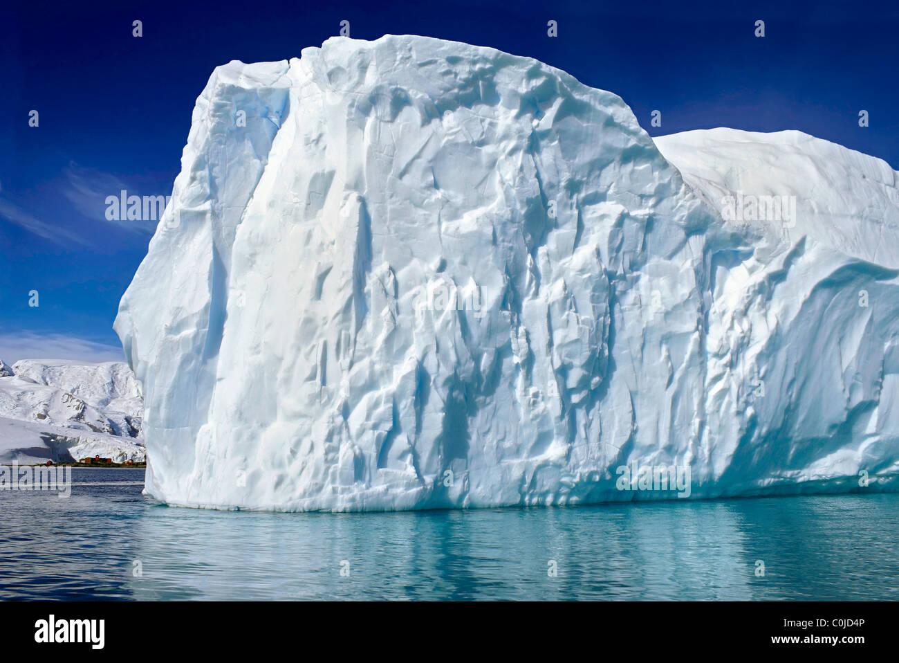 Iceberg sur une journée ensoleillée Photo Stock