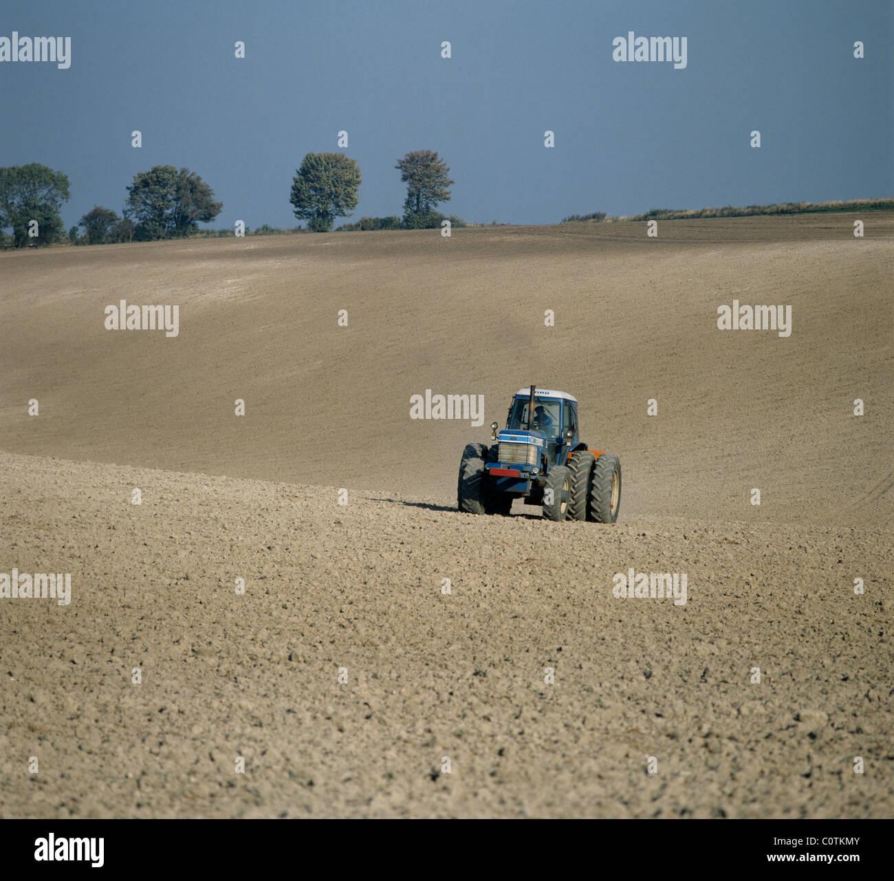 Tracteur avec épandeur d'engrais Amazone disc propagation sur une pépinière de craie downland Photo Stock