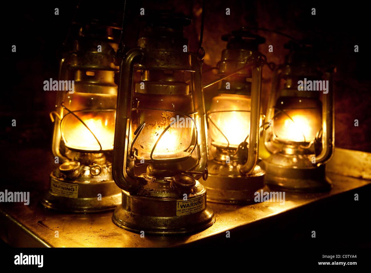Lampes à huile à l'ancienne, grottes de Chislehurst à Chislehurst, dans le Kent, UK Photo Stock