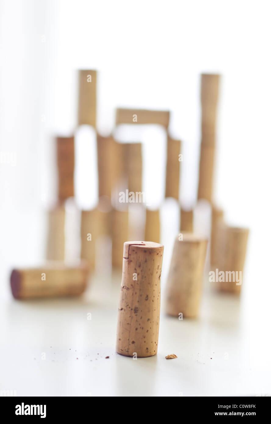 Groupe d'wine corks empilés avec un bouchon d'objectif dans l'avant-plan Photo Stock