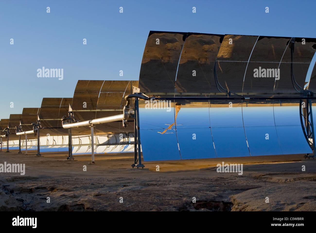Panneaux solaires dans le désert de Mojave, Californie Photo Stock