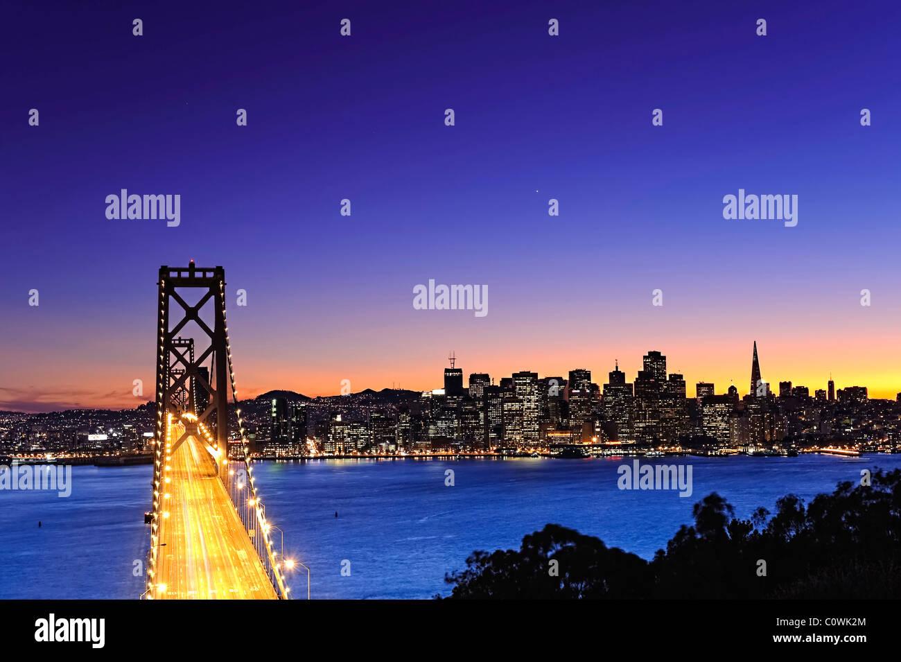 États-unis, Californie, San Francisco, Oakland Bay Bridge et sur les toits de la ville Banque D'Images