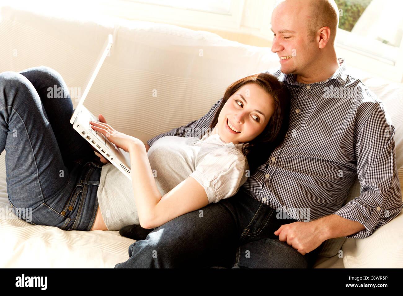 La navigation web à l'aide d'ordinateur portable Couple Photo Stock