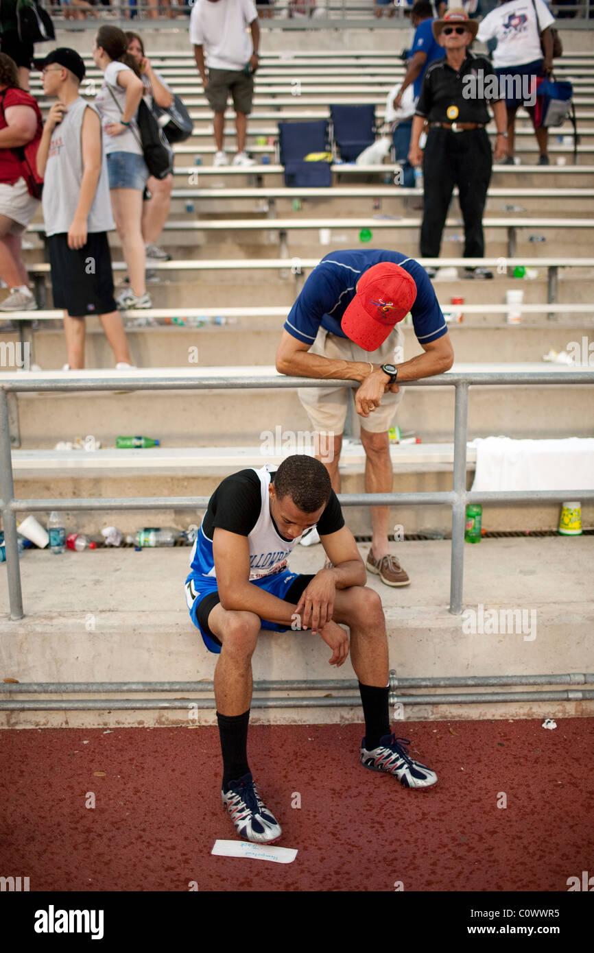 Père parle à son fils baissés après finition décevante en course à la Texas State Photo Stock