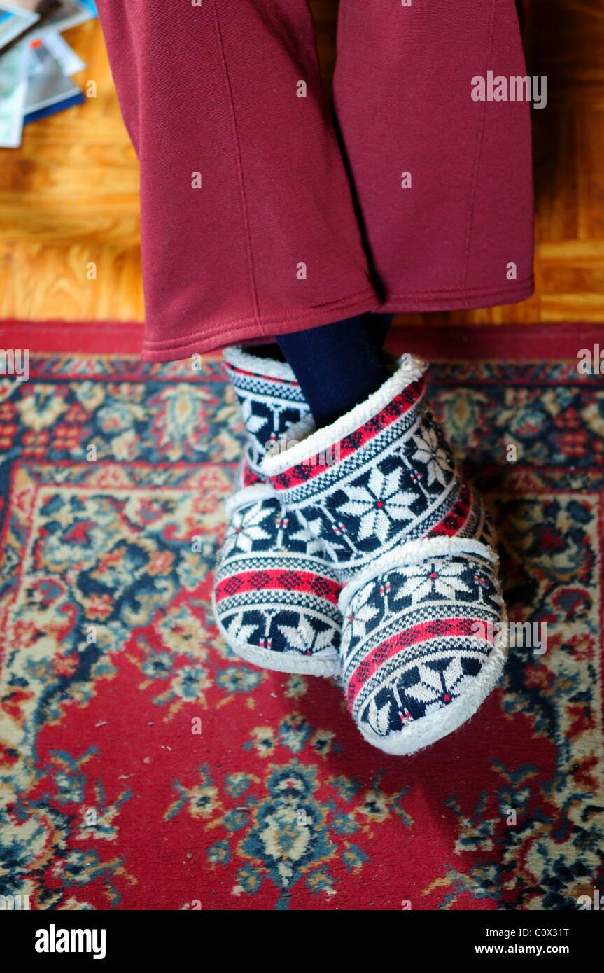 Vieille dame portant des chaussons. Banque D'Images