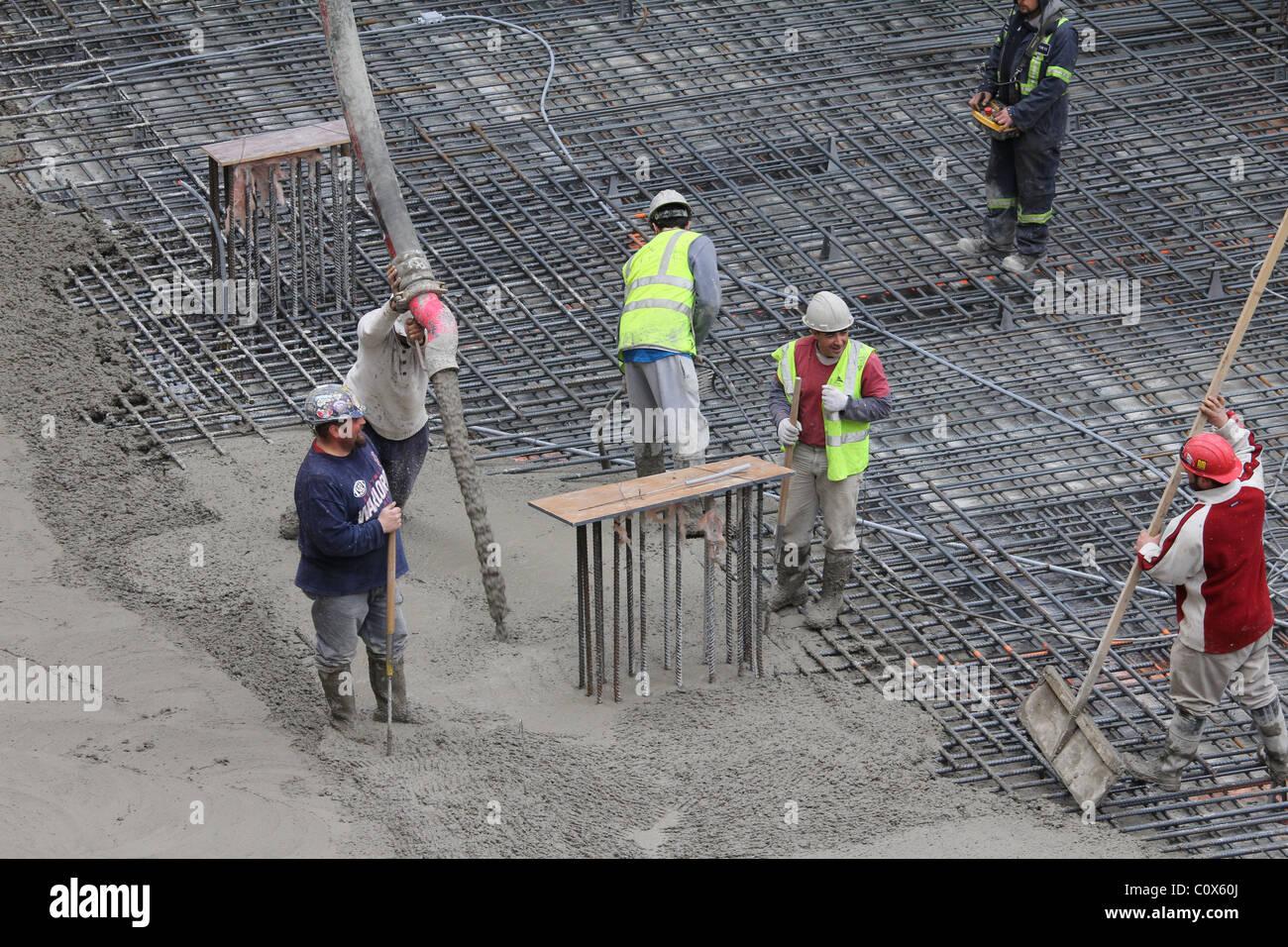 Les travailleurs de la construction en béton, lissage Banque D'Images