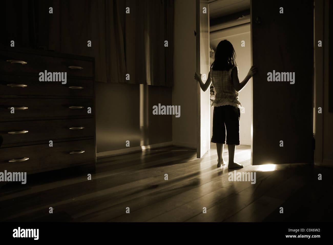 La lumière brille à partir de portes d'armoires Photo Stock