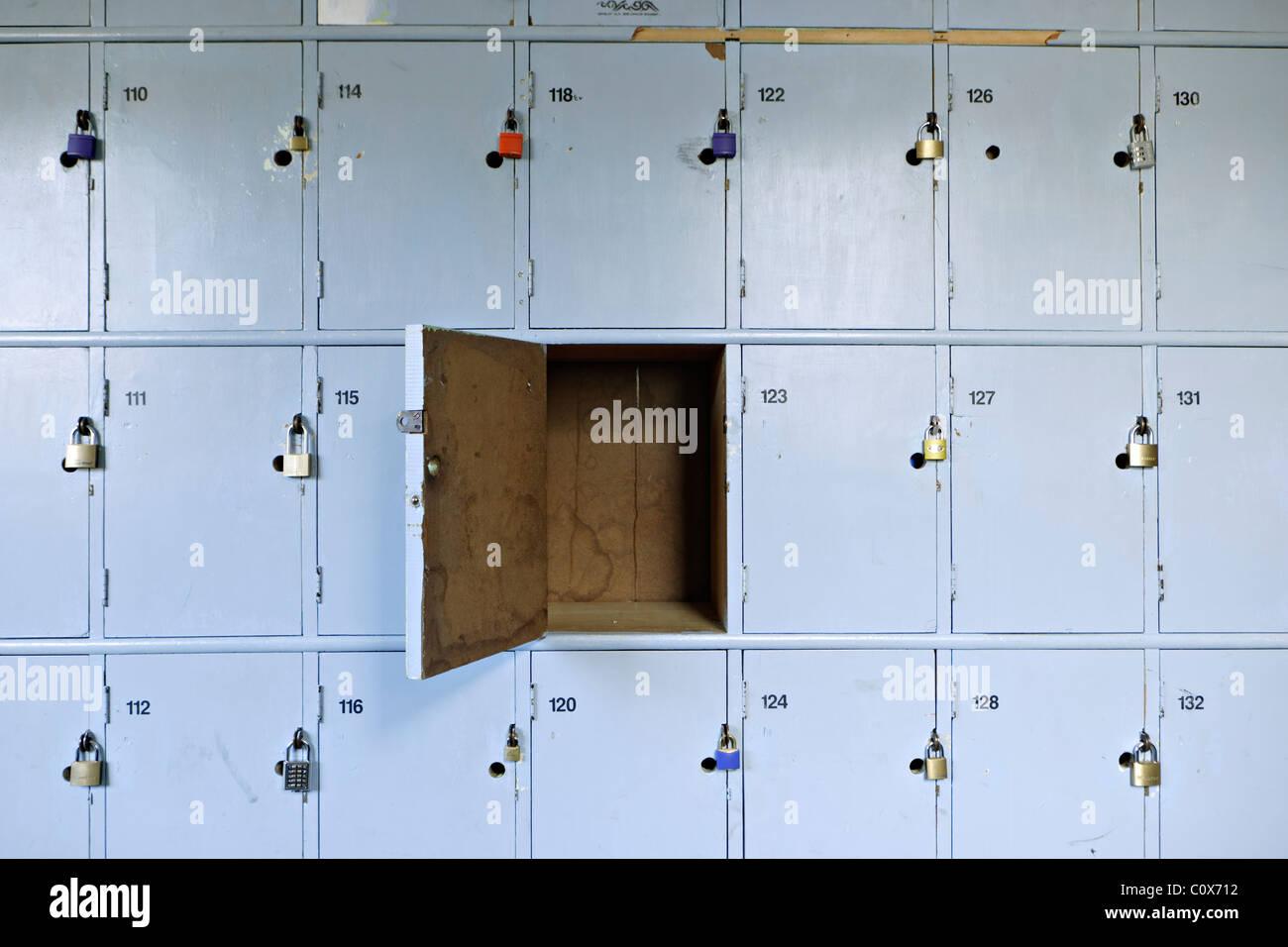 Des casiers de l'école avec un cadenas. Photo Stock