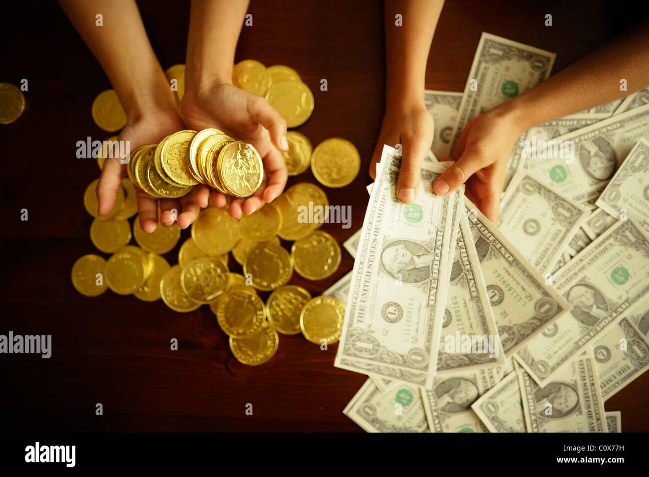 Options d'investissement. Or versus dollar US. Les enfants occupent les faux dollars imprimés et pièces Photo Stock