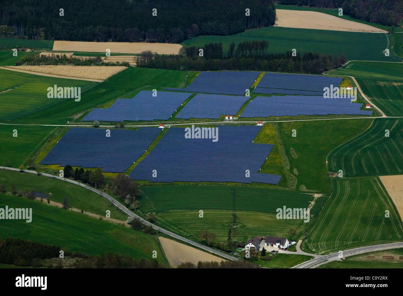 Vue aérienne au-dessus de l'énergie solaire l'Allemagne Bavière ferme Photo Stock