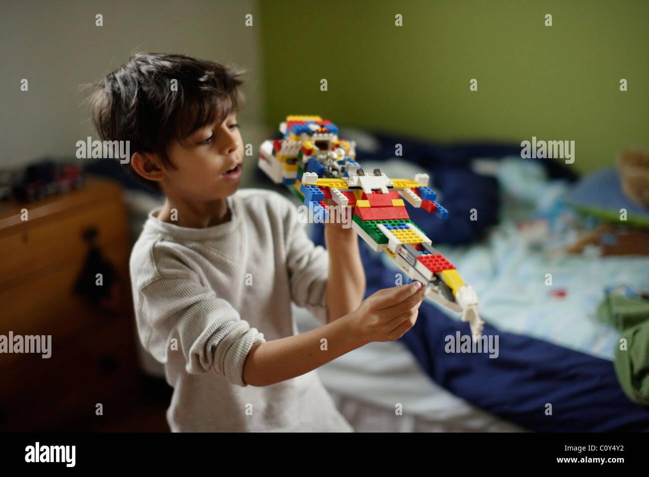 Garçon avec bloc en plastique navire de l'espace de sa propre conception Photo Stock