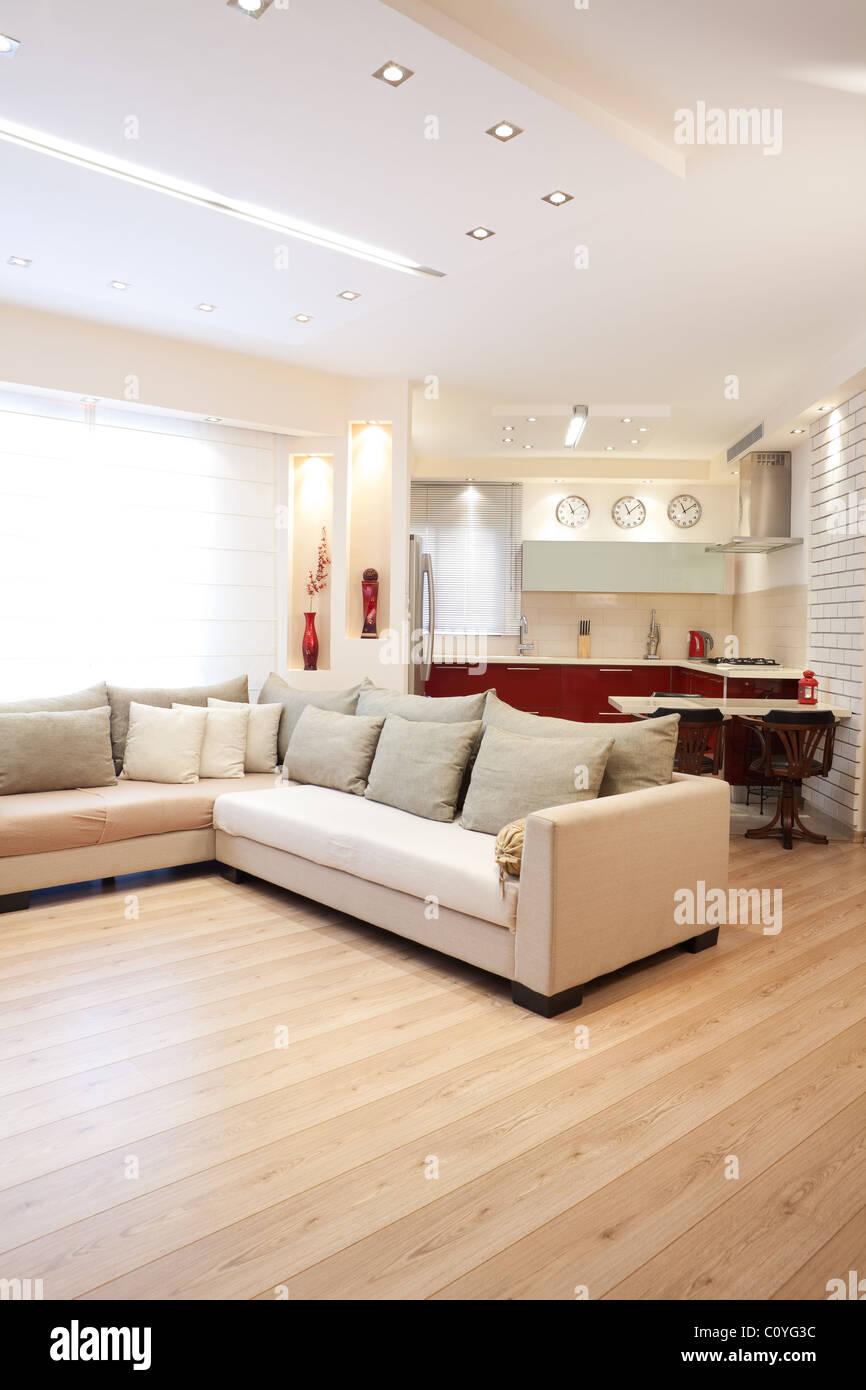 Design moderne, salle de séjour et cuisine rouge blanc et éléments en bois Photo Stock