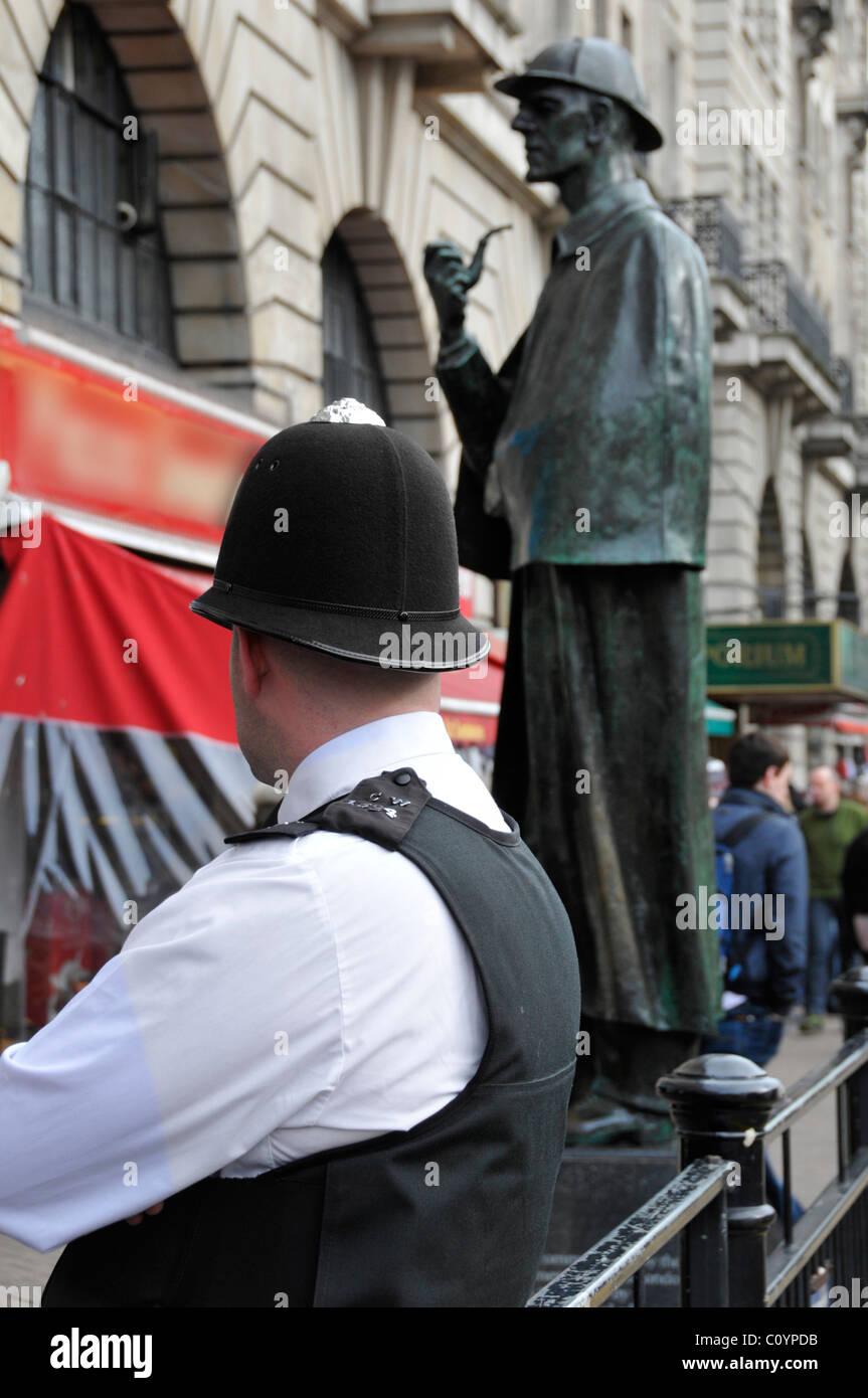 Les patrouilles de police Beat zone touristique en dehors de la station de Baker Street avec Sherlock Holmes sculpture Photo Stock