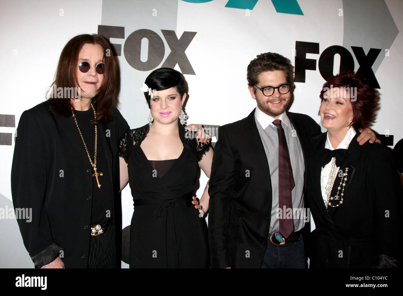 Ozzy Osbourne, Kelly Osbourne, Jack Osbourne et Sharon Osbourne Fox TV Hiver toutes étoiles Partie à mamaison Photo Stock