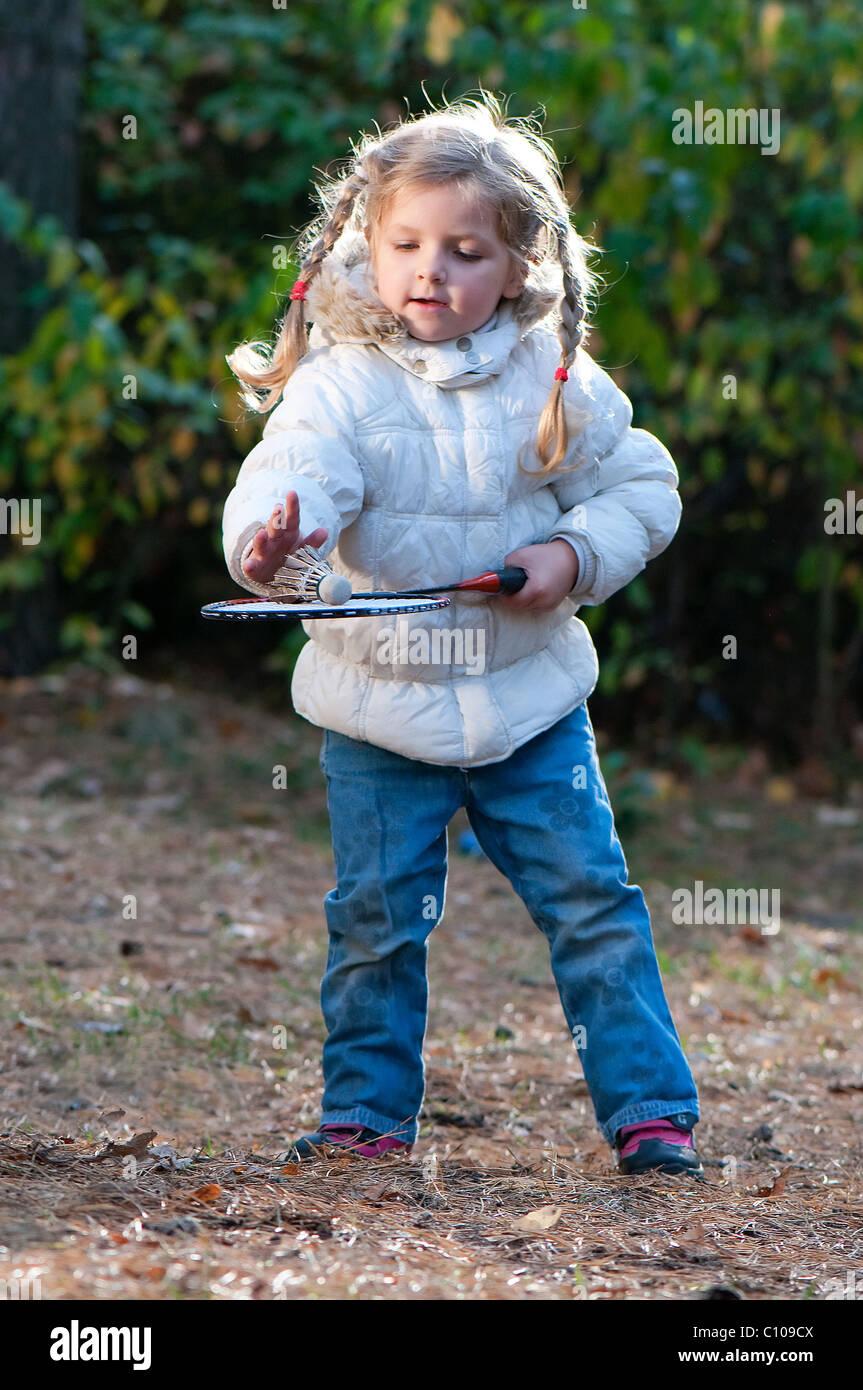 Girl jouer au badminton dans le parc Banque D'Images