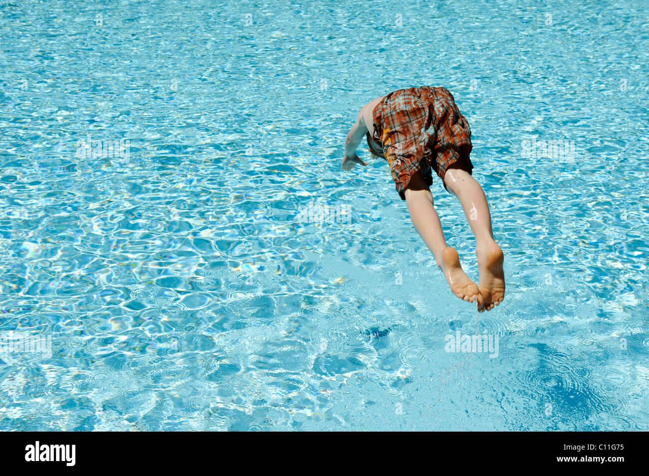 Sauter dans l'eau, piscine, chaleur de l'été Photo Stock