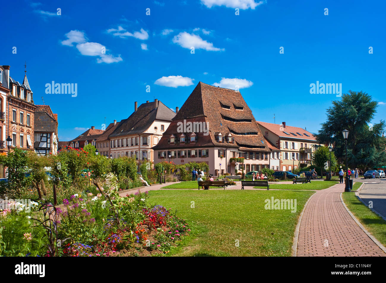 Place du Saumon square avec Maison du sel salt house, Wissembourg, Vosges du Nord, parc naturel des Vosges, Alsace, Photo Stock