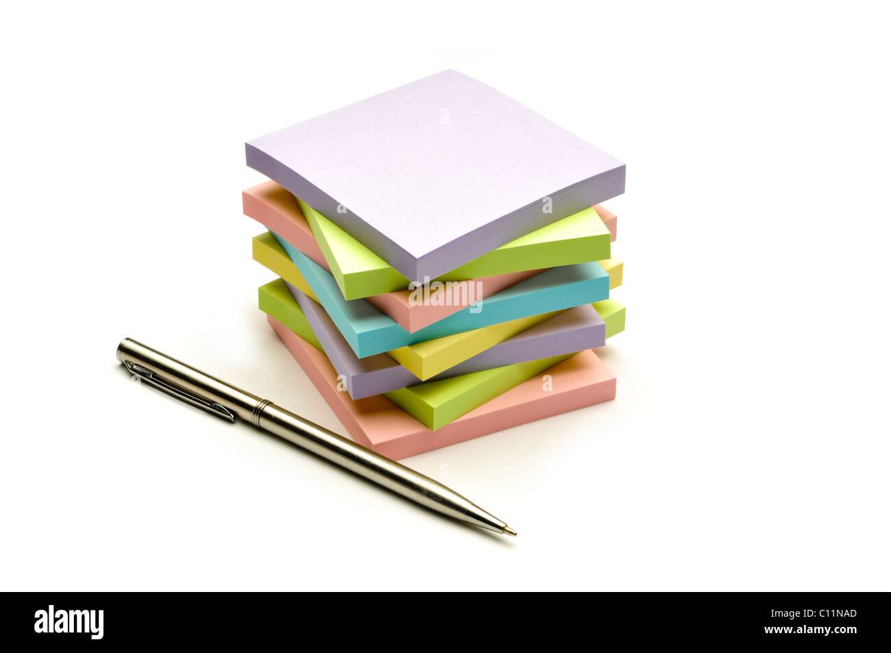 Pile de papiers colorés remarque Photo Stock