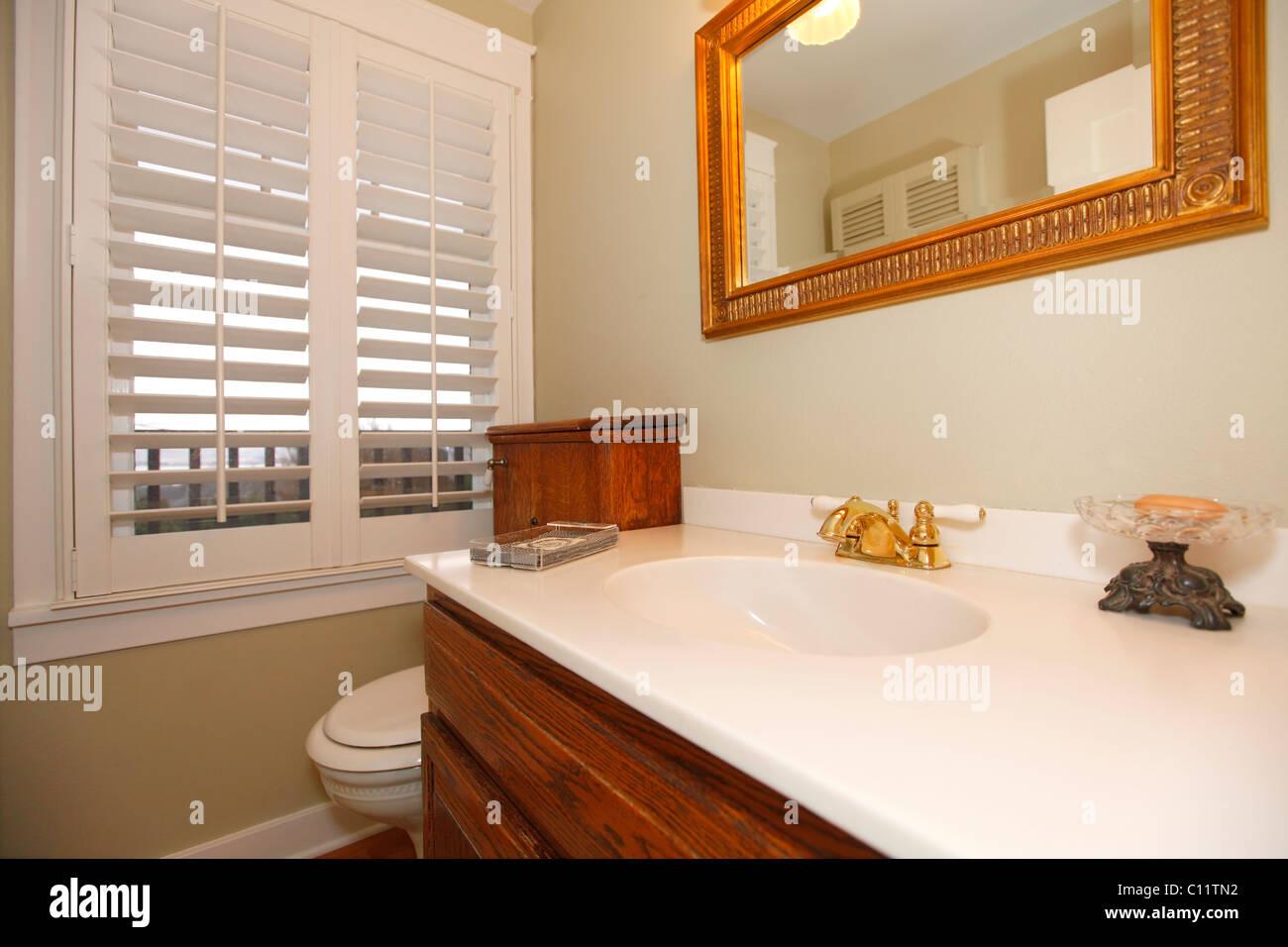 Beige blanc classique avec salle de bains et armoires en ...