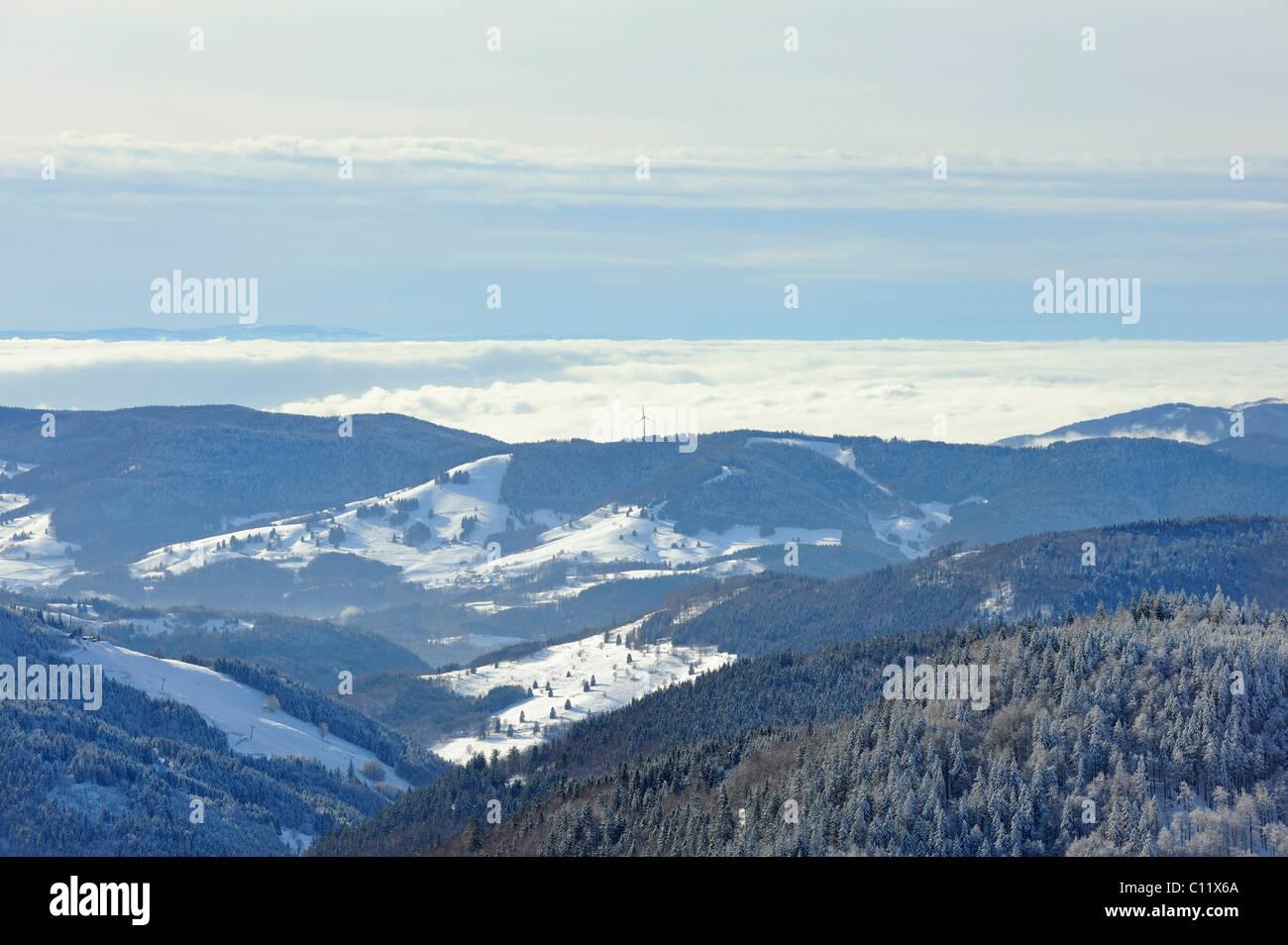 Vue du Mt. Sur le Feldberg wintry meadow valley et les collines de la haute Forêt Noire, Landkreis Breisgau Photo Stock