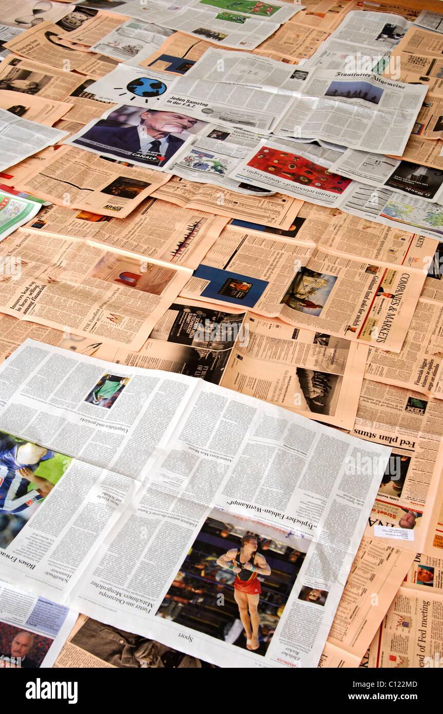 Paysage médiatique, pages de divers journaux distribués Banque D'Images