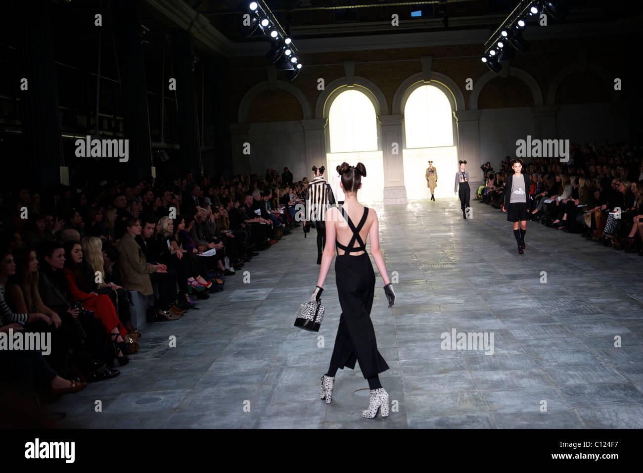 L'exposition de modèles automne 2011 collection unique au lieu de TS à Londres le 20 février Photo Stock