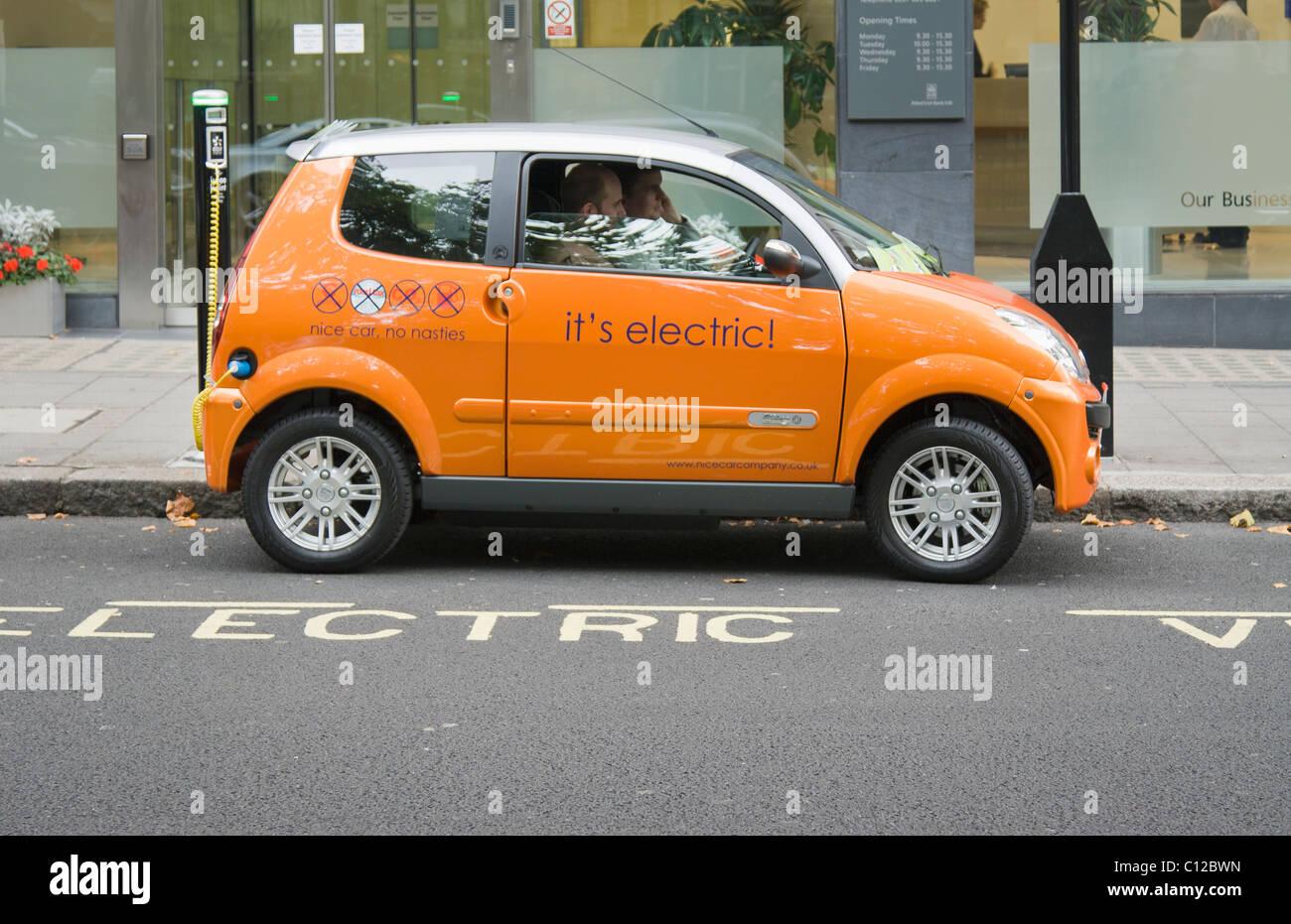 La recharge d'une voiture électrique à un electrobay, Londres , Royaume-Uni. Photo Stock