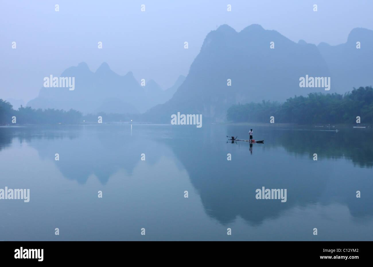 Pêcheur de Li Rivernear dans Yangshuo Guilin région de Chine Photo Stock