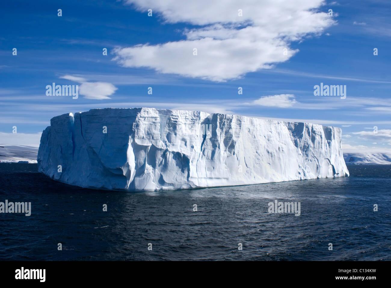 Grand iceberg tableture avec ciel bleu clair prise à l'Antarctique. Photo Stock