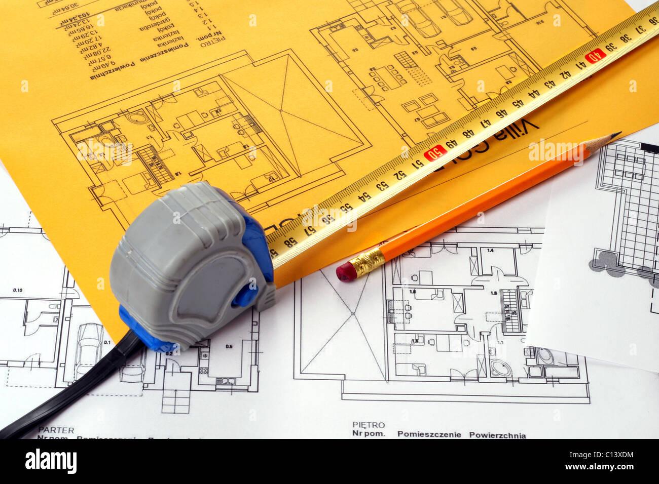 Un ruban à mesurer et un crayon sur un plan d'étage blue print. Impression sur feuille de papier jaune Photo Stock