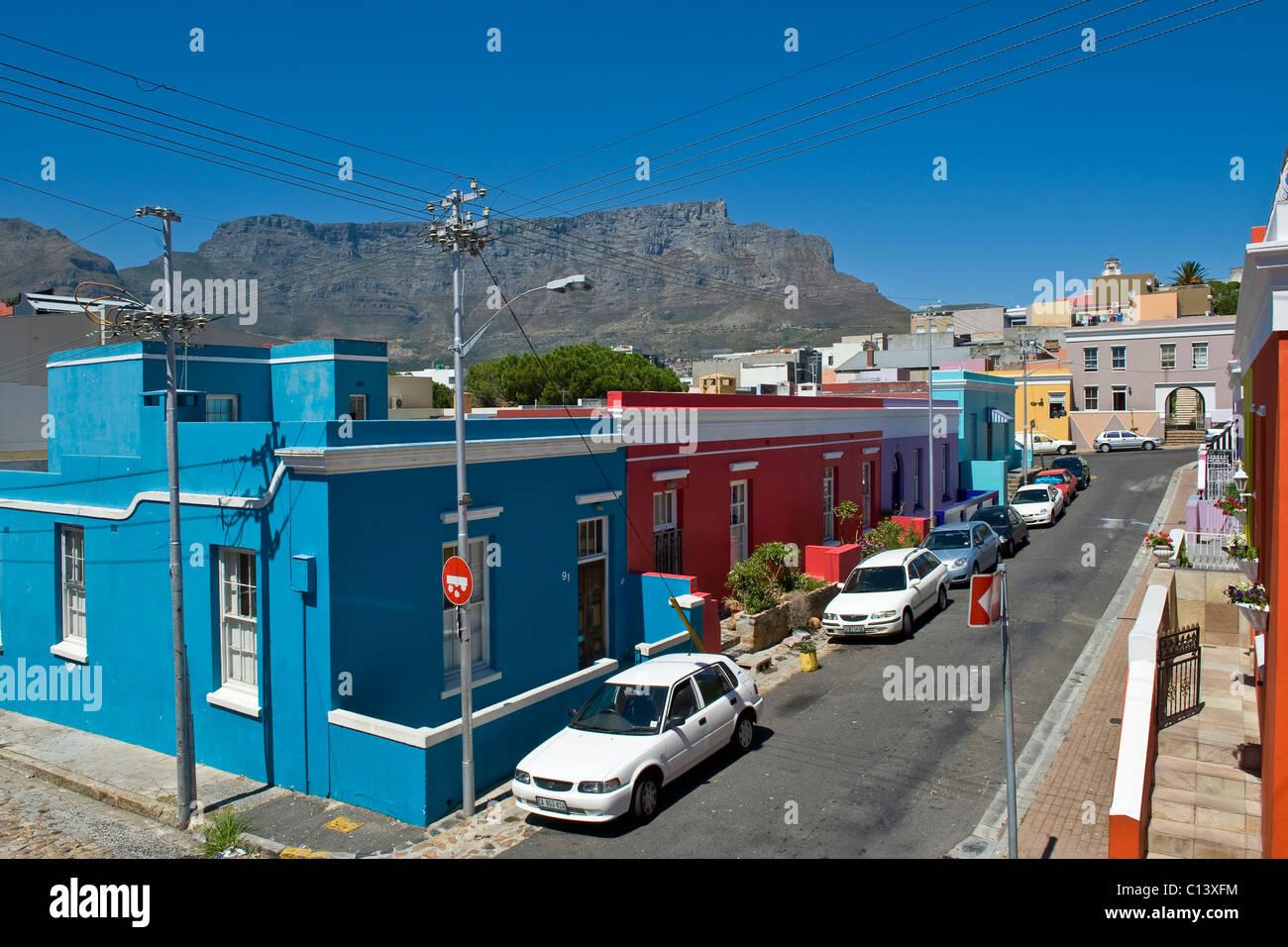 Dans la rue Bo Kaap et Table Mountain, Cape Town, Afrique du Sud Photo Stock