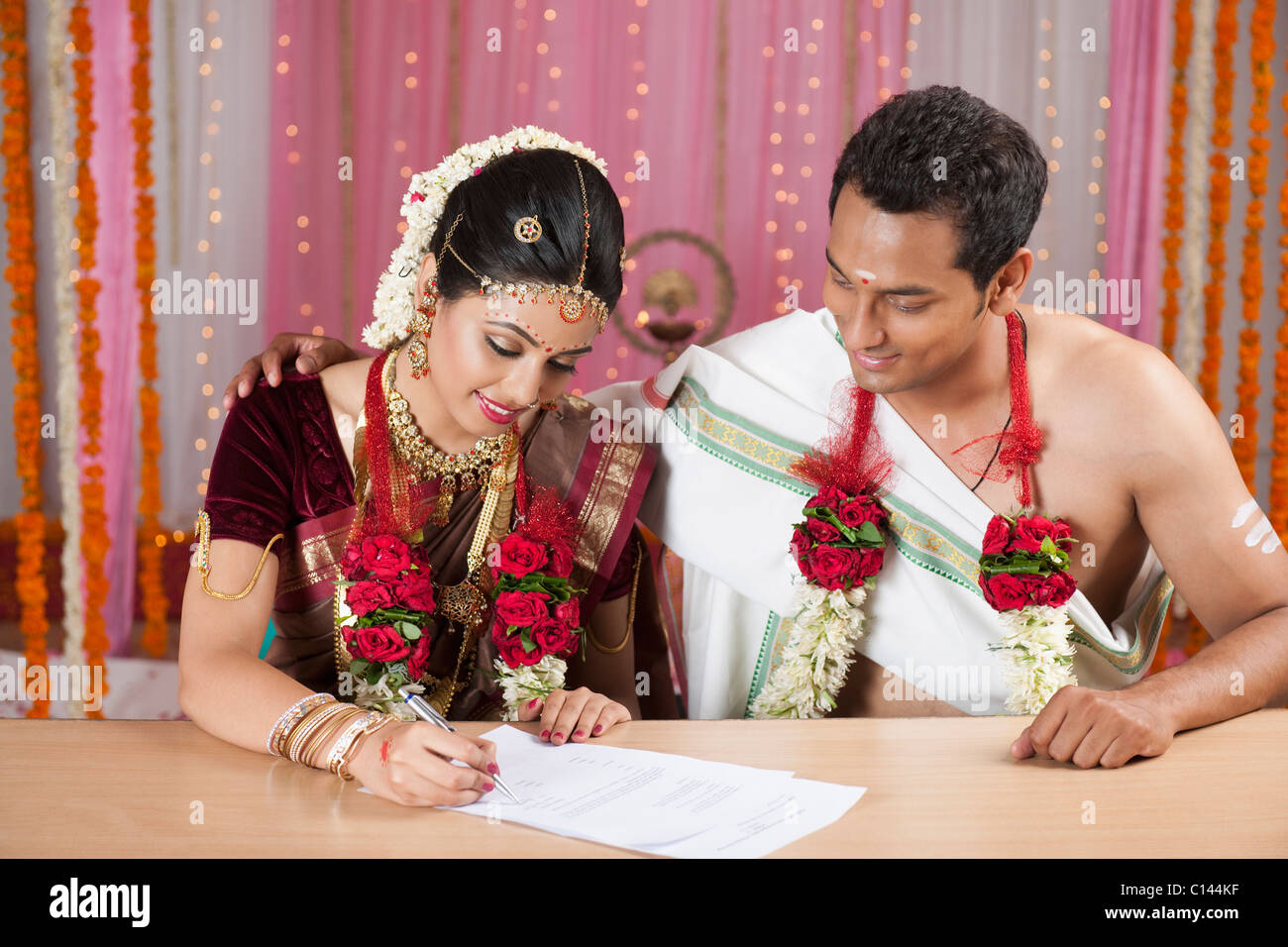 Couple de signer un certificat de mariage Photo Stock