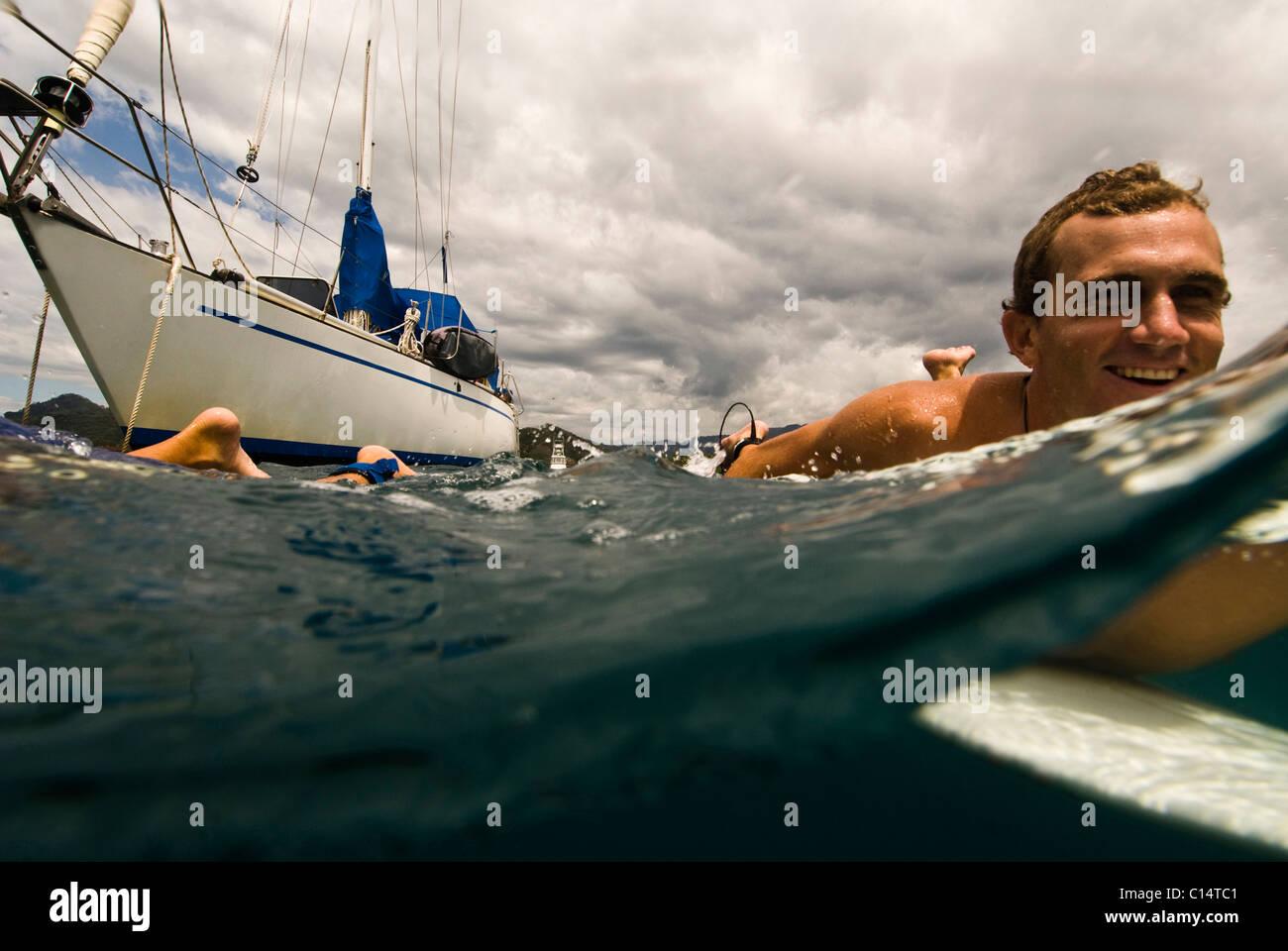 Un jeune homme de partir pour le surf au Costa Rica Photo Stock
