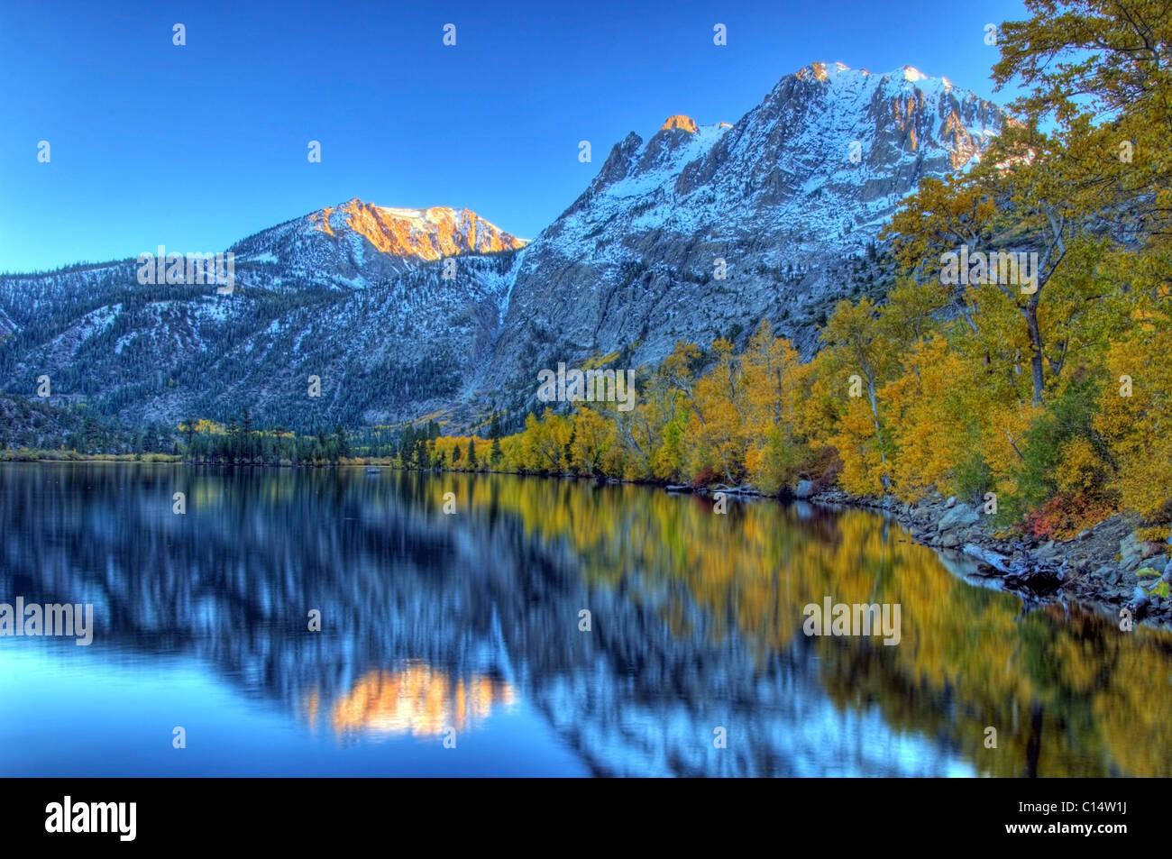 Couleurs d'automne et pics enneigés line Silver Lake dans l'Est de la Sierra, en Californie. Photo Stock