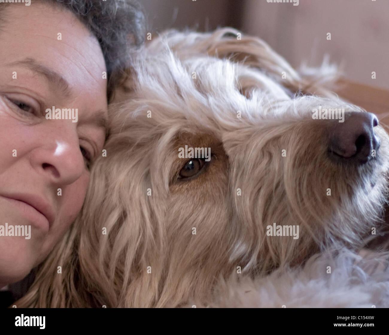 Une femme et son chien partagent un moment de calme. Photo Stock
