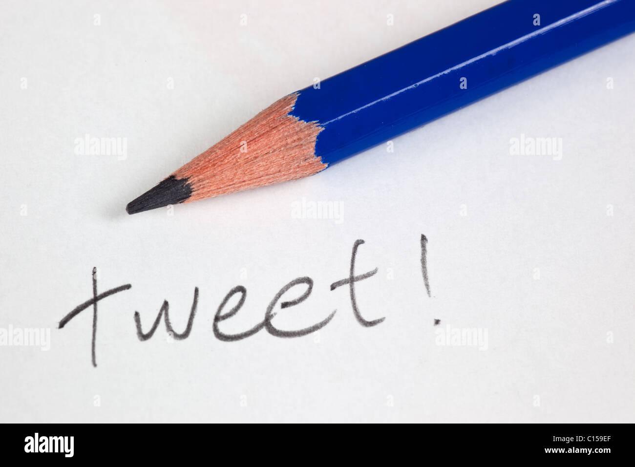 Crayon avec le mot tweet sur un morceau de papier Photo Stock