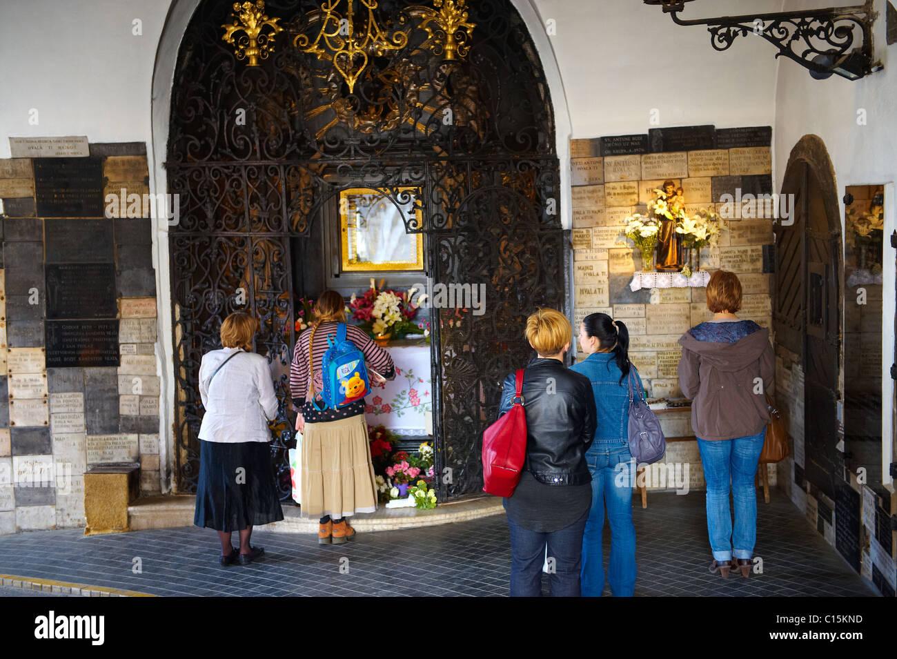 Lieu de culte à la Vierge Marie dans l'entrée de la porte de pierre Kamenita Vrata) à Zagreb, Photo Stock