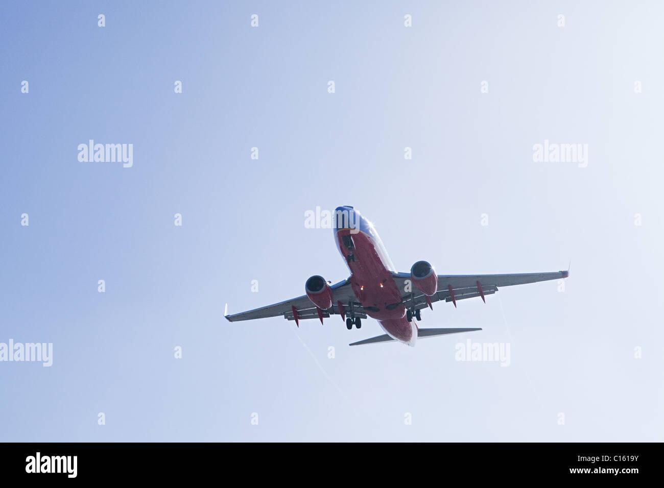 Avion à l'atterrissage à LAX, tourné à partir de Sepulveda, Los Angeles County, Californie, Photo Stock