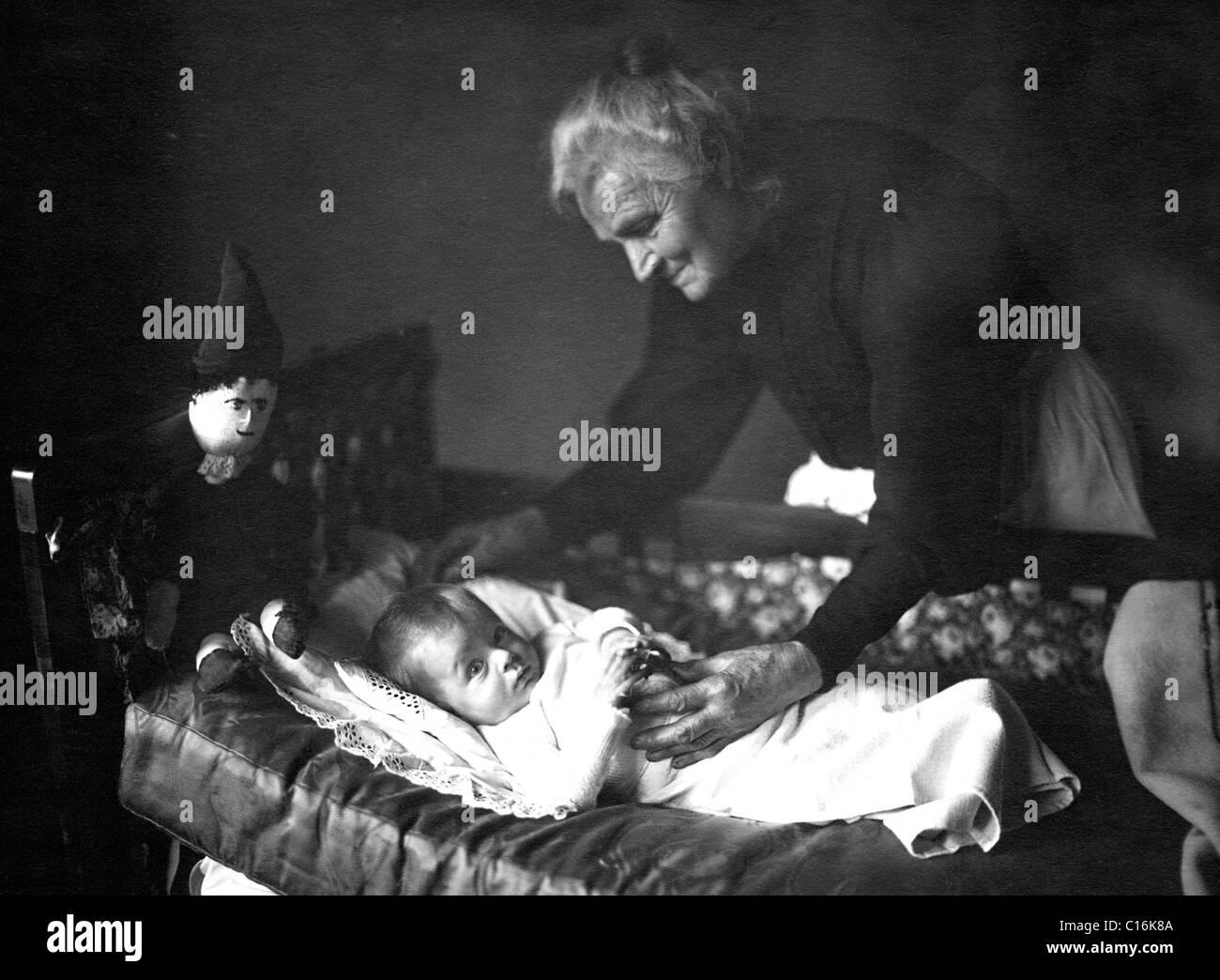 Photographie historique, sa grand-mère avec son petit-fils Photo Stock