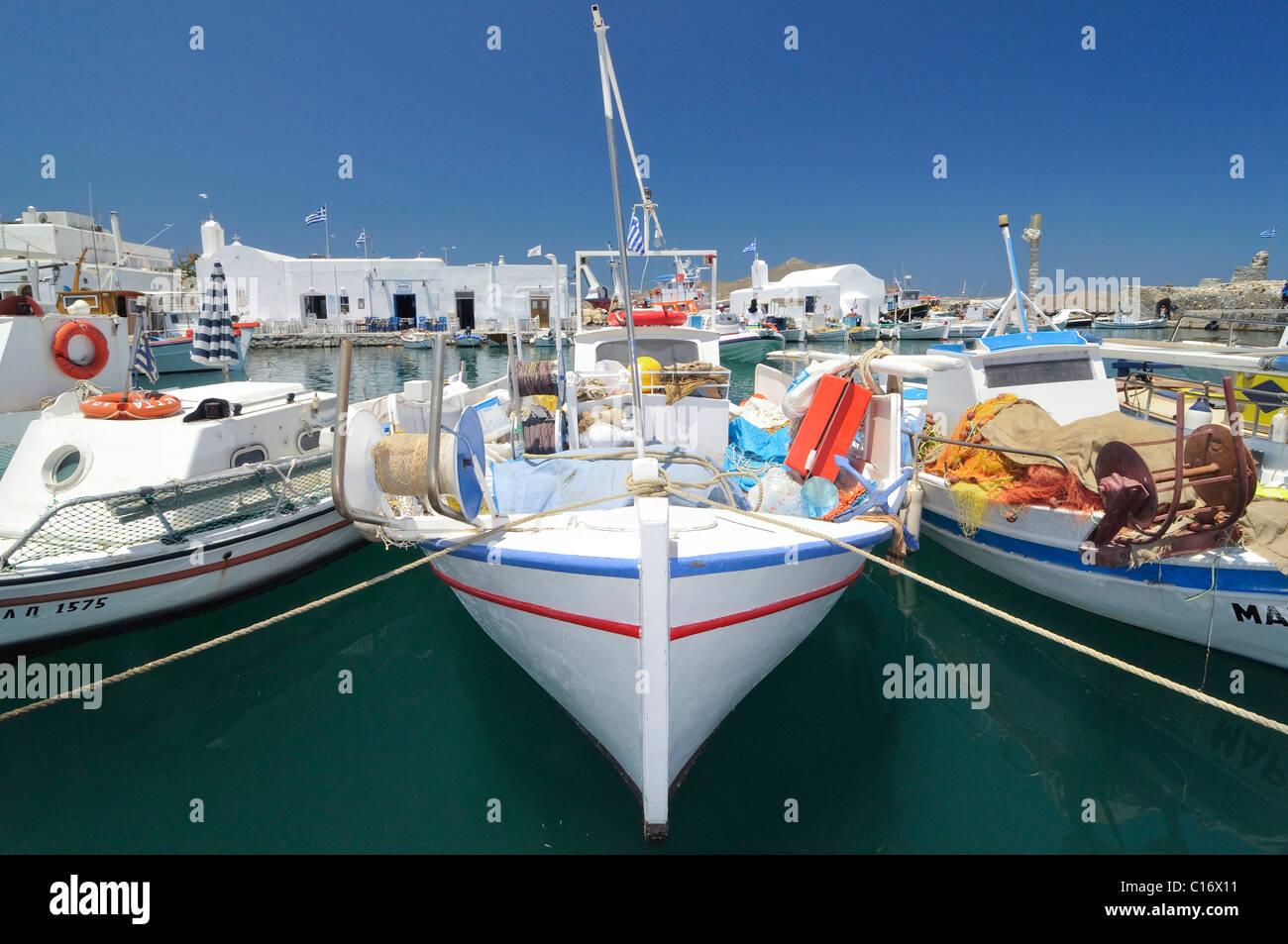 Bateaux de pêche dans le port de Naoussa, Paros, Cyclades, Greece, Europe Photo Stock