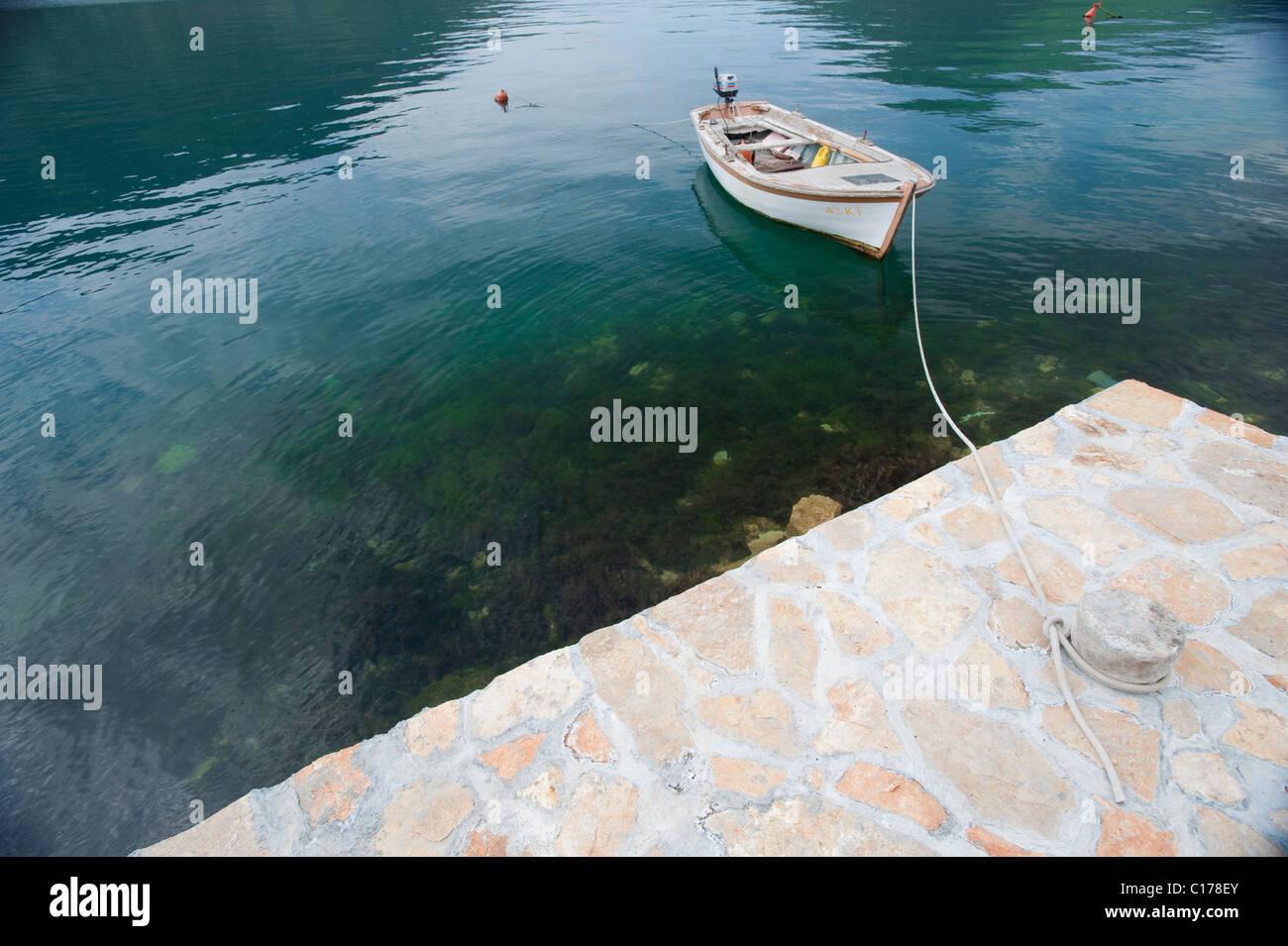 Petit bateau amarré à quai Photo Stock