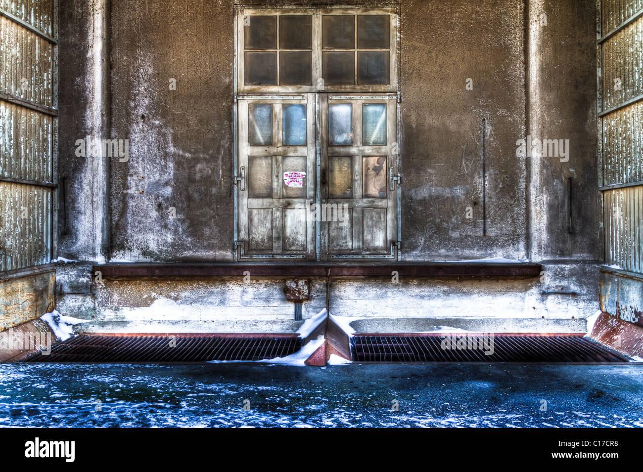 Entrée de vieux bâtiment sinistre avec de la neige Photo Stock