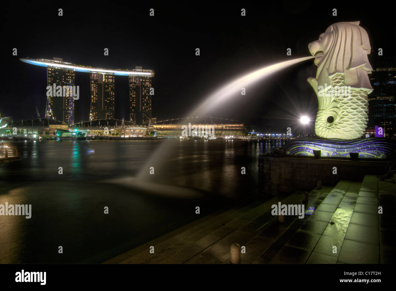 Singapore City Skyline at Merlion Park at Night 2 Banque D'Images