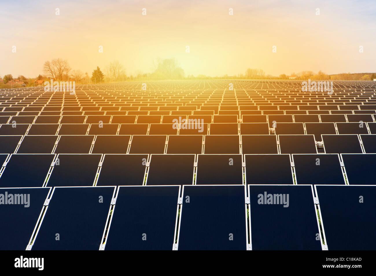 Grande plante de l'énergie solaire Photo Stock