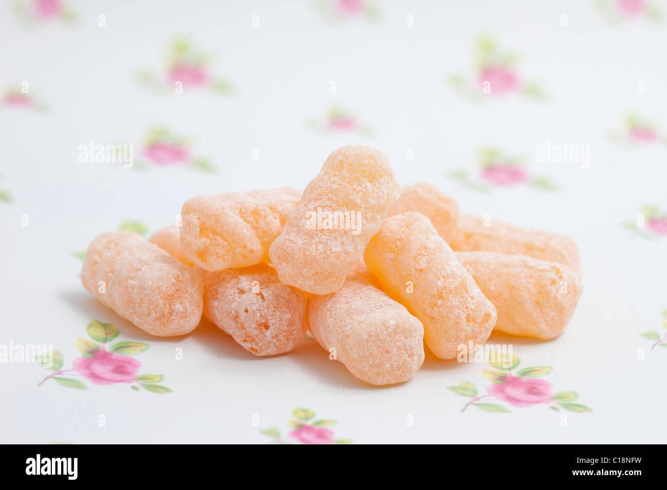 L'orge se tord les sucreries et bonbons sur un papier fond photographié dans un studio Photo Stock