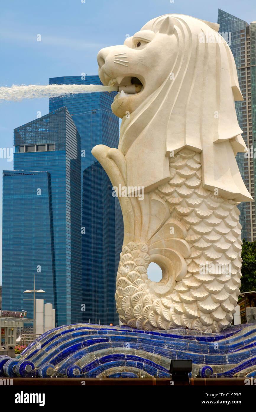 Statue du Merlion dans le parc par la rivière Singapour Banque D'Images