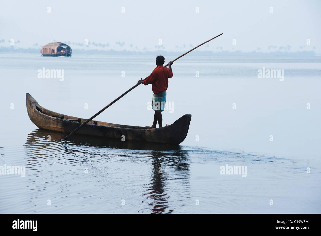 Un bateau d'aviron de l'homme dans une lagune, Kerala Backwaters, Alleppey Alappuzha, District, Kerala, Photo Stock