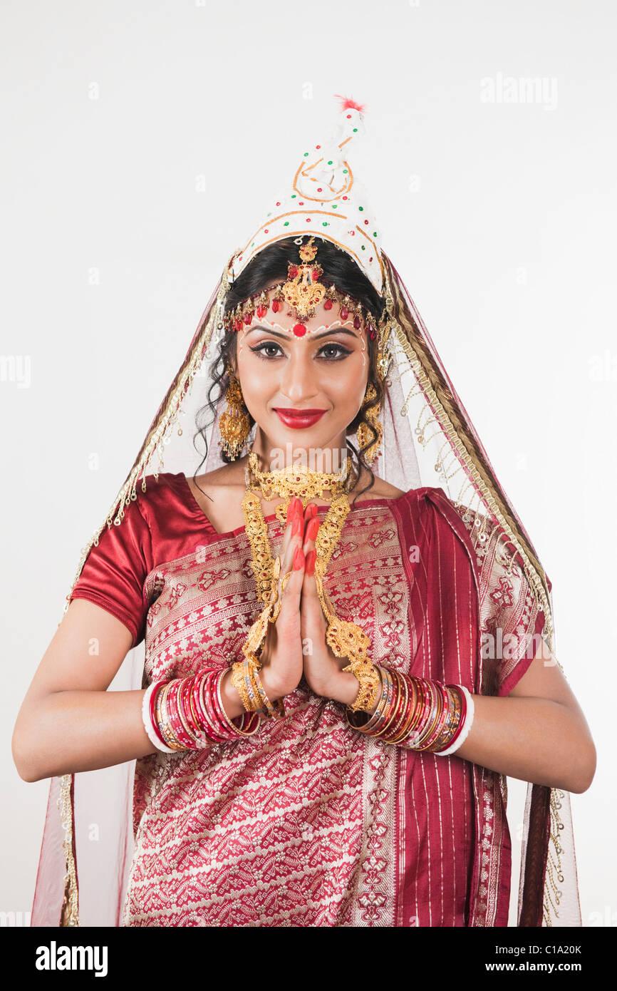 Robe mariée en bengali en position de prière permanent Banque D'Images