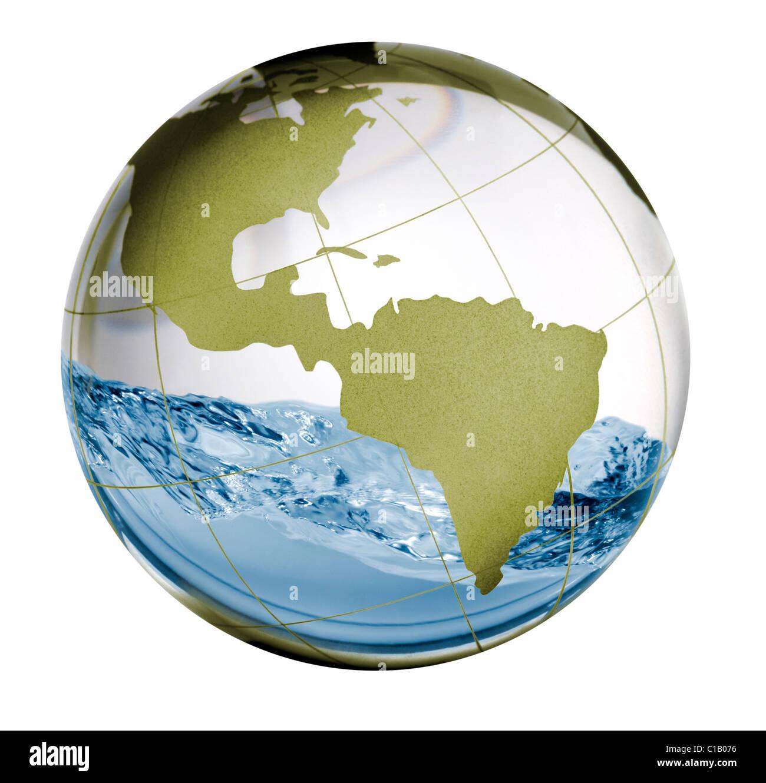 Un globe de verre avec de l'eau à l'intérieur de ballottement dans un concept de droit pour l'eau Photo Stock